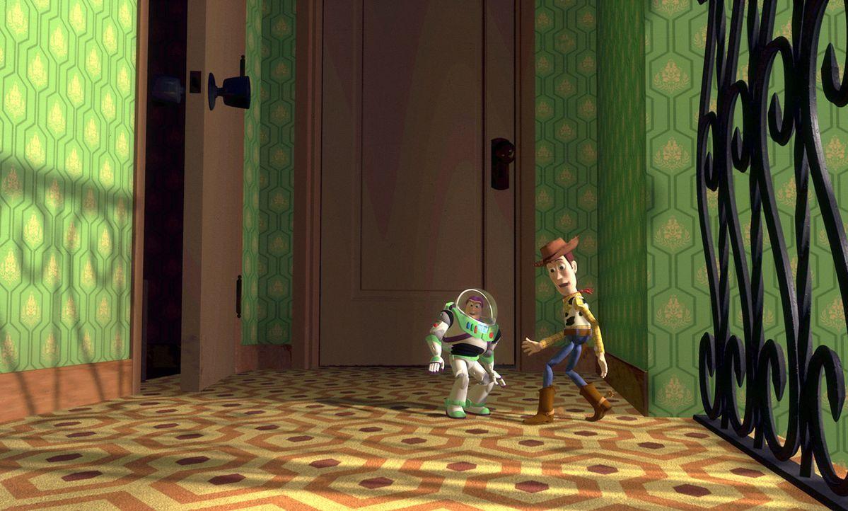 Der Cowboy Woody (r.) ist als Andys Lieblingsspielzeug der Anführer im Kinderzimmer, jedenfalls so lange, bis er Konkurrenz bekommt von Buzz Lightye... - Bildquelle: Disney/PIXAR