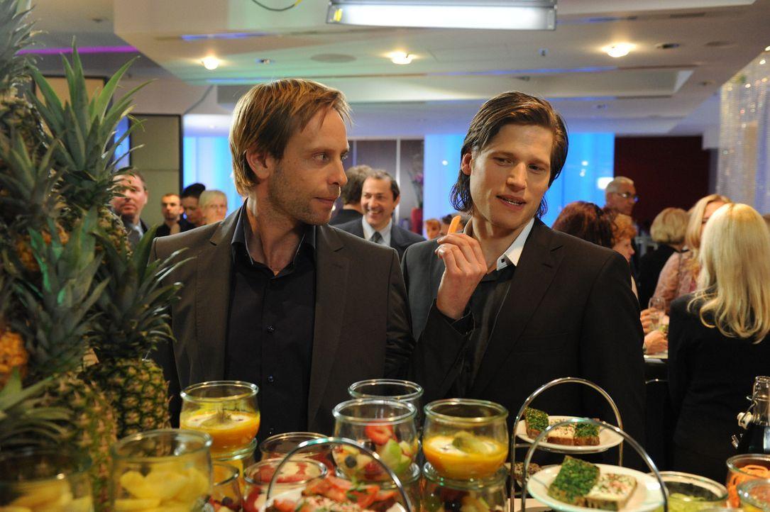 Essen ist nicht unbedingt ihr Ding: Fitnesstrainer Nick Feltus (Sebastian Ströbel, r.) und sein Kompagnon Denis (Julian Weigend, l.) ... - Bildquelle: SAT.1