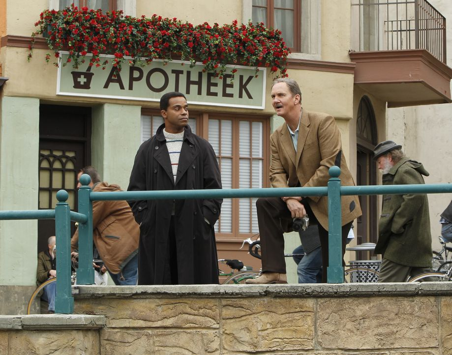 Vertraute Feinde: Former NCIS Special Agent Riley McCallister (Michael O'Neill, r.) und Leon Vance (Rocky Carroll, l.) ... - Bildquelle: CBS Television