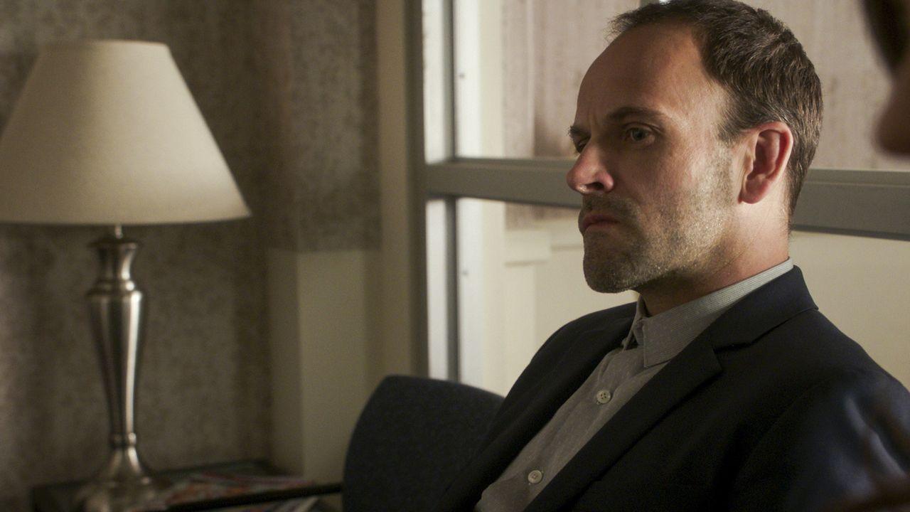 Während in New York ein Bandenkrieg ausbricht, ist Holmes (Jonny Lee Miller) immer noch mit seiner Vergangenheit beschäftig. Warum ist May wieder in... - Bildquelle: 2017 CBS Broadcasting, Inc. All Rights Reserved.