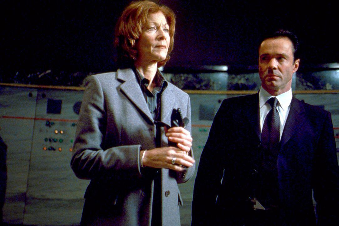 Weil sie einst das Todesurteil über Lester gefällt hatte, will Richterin Jane McPherson (Linda Thorson, l.) gemeinsam mit dem Agenten Agent Hartmann... - Bildquelle: 2003 Sony Pictures Television International. All Rights Reserved.