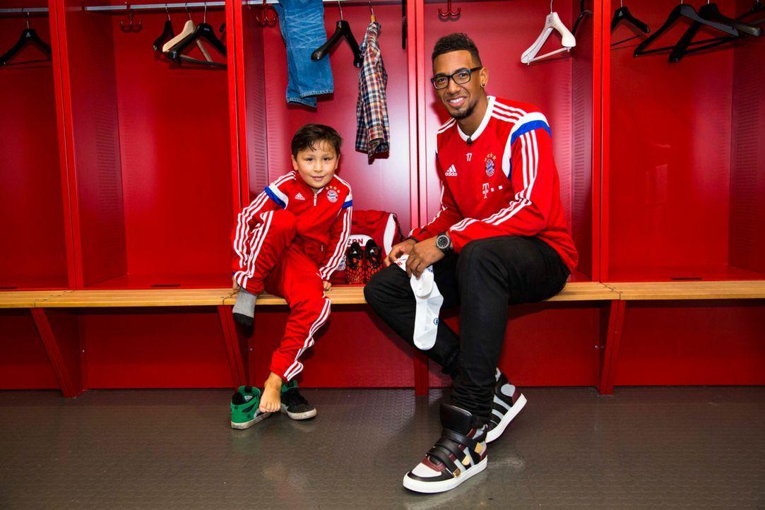 Für Max (l.) geht ein Traum in Erfüllung: Er darf mit seinem Idol Jérôme Boateng (r.) in der Allianz Arena trainieren ... - Bildquelle: Benedikt Müller SAT.1