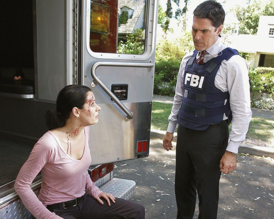 Hotch (Thomas Gibson, r.) macht sich Sorgen um Prentiss (Paget Brewster, l.), die sich bei dem Einsatz im Haus des Verdächtigen eine Kopfverletzung.... - Bildquelle: Touchstone Television