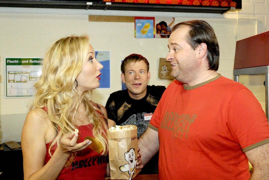 Geizkragen Markus (Markus Majowski, r.) gibt eine kleine Portion Popcorn aus, und Janine (Janine Kunze, l.) ist sauer, weil sie sich mit Mathias (Ma... - Bildquelle: Sat.1