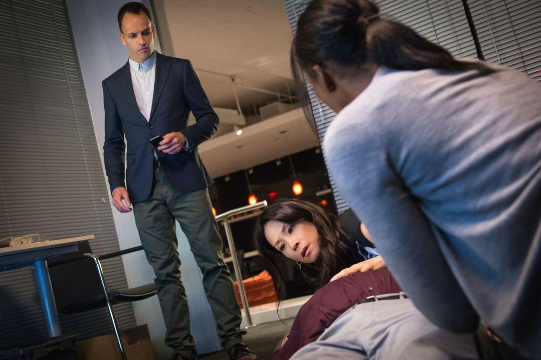 Sherlock (Jonny Lee Miller) soll Firmenchef Edward Bornstein (Michael Chernus, l.) dabei helfen herauszufinden, wer seine Software gestohlen hat. Ku... - Bildquelle: CBS Television
