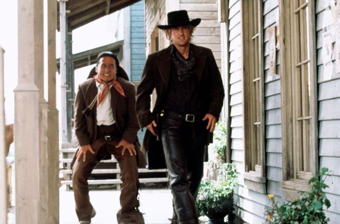 Erste Reitversuche mit seinem neuen Freund Roy (Owen Wilson, r.) enden für Chon (Jackie Chan, l.) äußerst schmerzhaft ... - Bildquelle: Beta Film GmbH