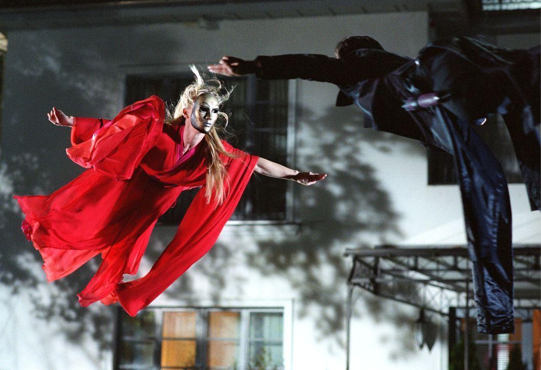 Mechthilde (Eva Hassmann, l.) im Kung Fu-Kampf mit Jane Fu (Yangzom Brauen, r.) - Bildquelle: Sat.1