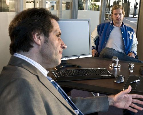 Als frischgebackener Medienstar kann Mick (Henning Baum) wenigstens wieder in seinem alten Job als Cop anfangen. Sein ehemaliger Kollege Martin (Hel... - Bildquelle: Martin Rottenkolber - Sat1