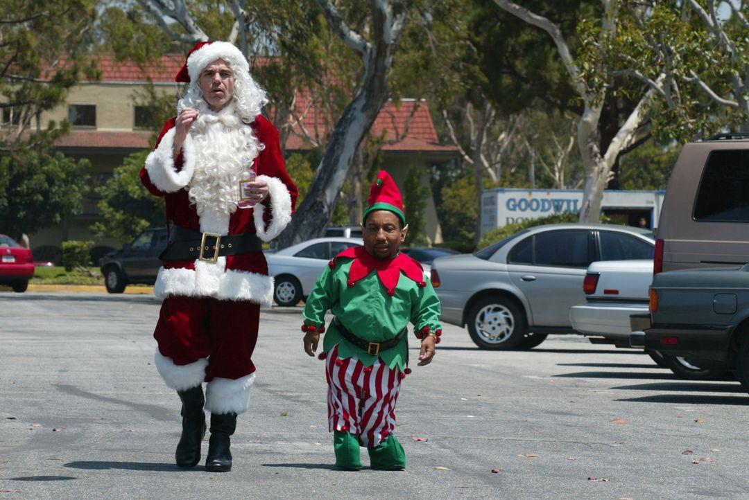 Fröhliche Menschen pilgern kurz vor Weihnachten in die lokalen Einkaufszentren, um Geschenke für ihre Lieben zu finden. Zwei Betrüger, getarnt als N... - Bildquelle: 2006 Sony Pictures Television International.
