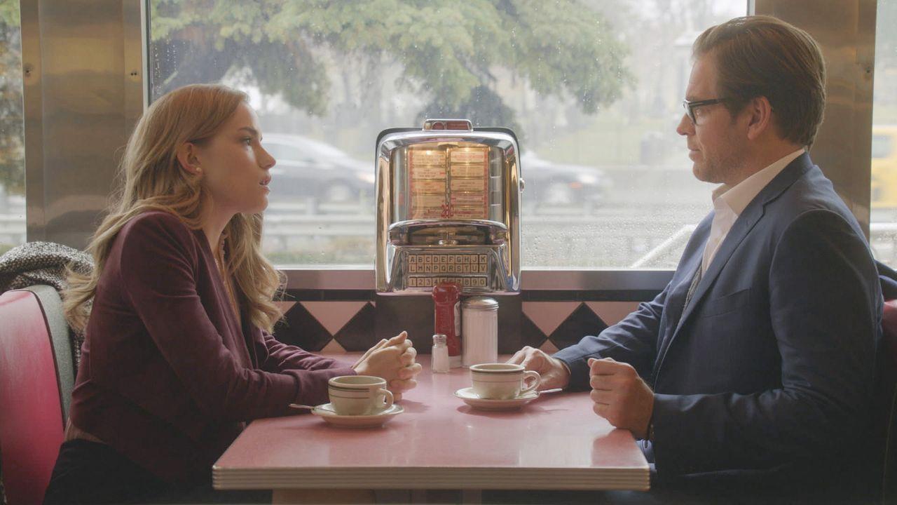 Kann Bull (Michael Weatherly, r.) verhindern, dass Jason für die Beziehung zu seiner Lehrerin Susan Bryant (Willa Fitzgerald, l.) tatsächlich das Co... - Bildquelle: 2016 CBS Broadcasting, Inc. All Rights Reserved