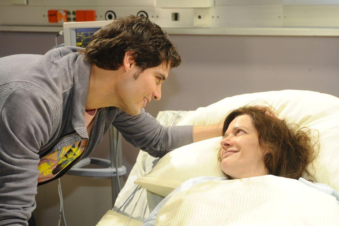 Alexander (Paul Grasshoff, l.) ist froh, dass seine Mutter (Susanne Schwab, r.) unerwartet aus dem Koma erwacht ist. Die beiden kommen sich über Er... - Bildquelle: SAT.1