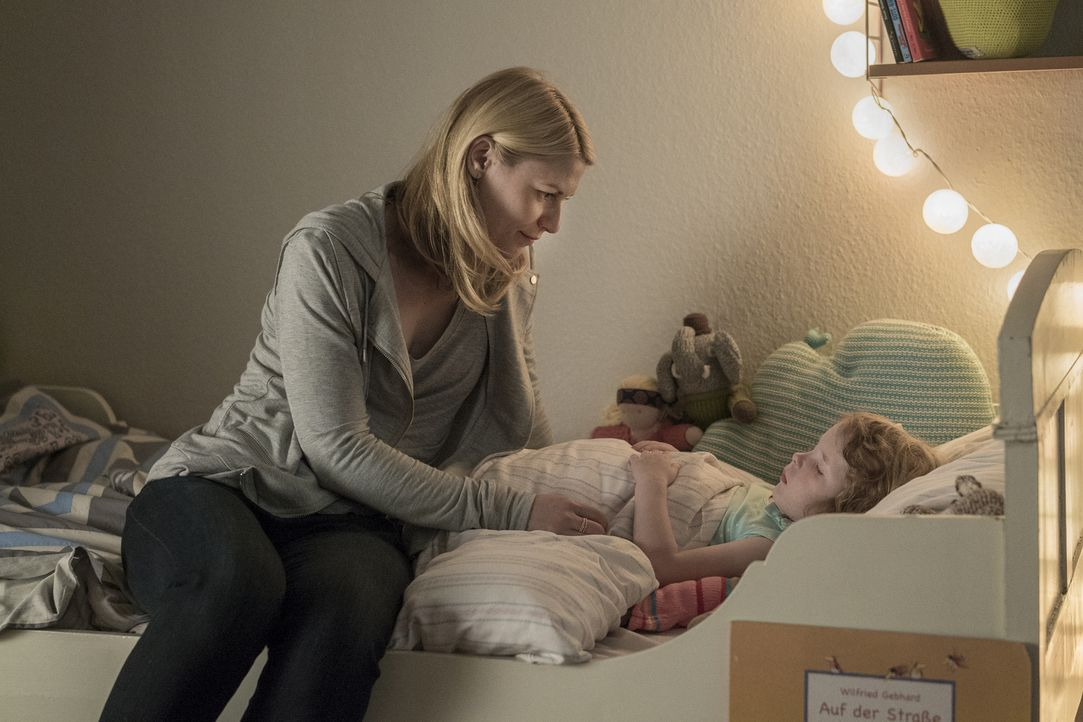 Carrie Mathison (Claire Danes, l.) will ein ruhiges Familienleben mit Tochter Franny (Luna und Lotta Pfitzer, r.) in Berlin führen. Doch die Vergang... - Bildquelle: Stephan Rabold 2015 Showtime Networks, Inc., a CBS Company. All rights reserved.