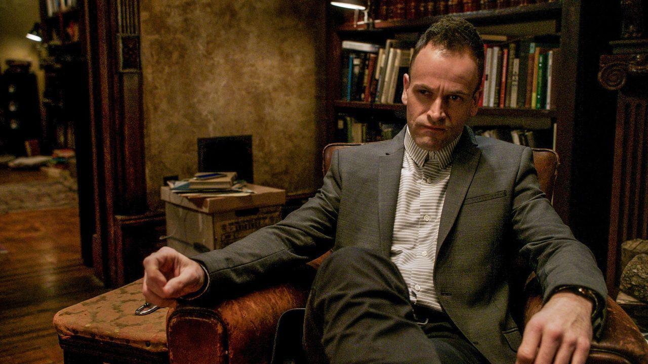 Damit Kitty nicht durch die kontinuierlichen Bedrohungen langsam ihren Verstand verliert, verstärkt Sherlock (Jonny Lee Miller) seine Bemühungen, ih... - Bildquelle: CBS Television