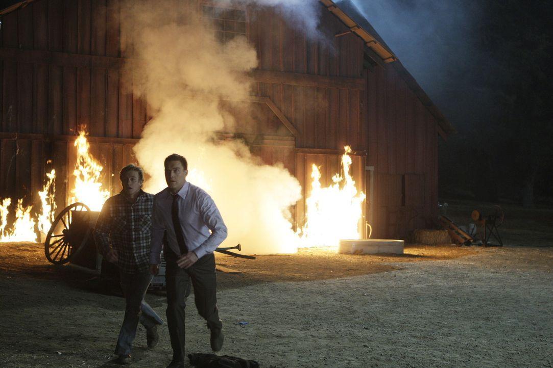 Dave Martin, Mitbesitzer einer Grundstücksfirma, kommt bei einem Brandanschlag ums Leben. Patrick Jane (Simon Baker, l.) und Wayne Rigsby (Owain Ye... - Bildquelle: Warner Bros. Television
