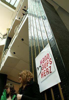 """""""Hand aufs Herz""""-Plakate schmücken die Säulen des Alexas. - Bildquelle: Danilo Brandt - Sat1"""