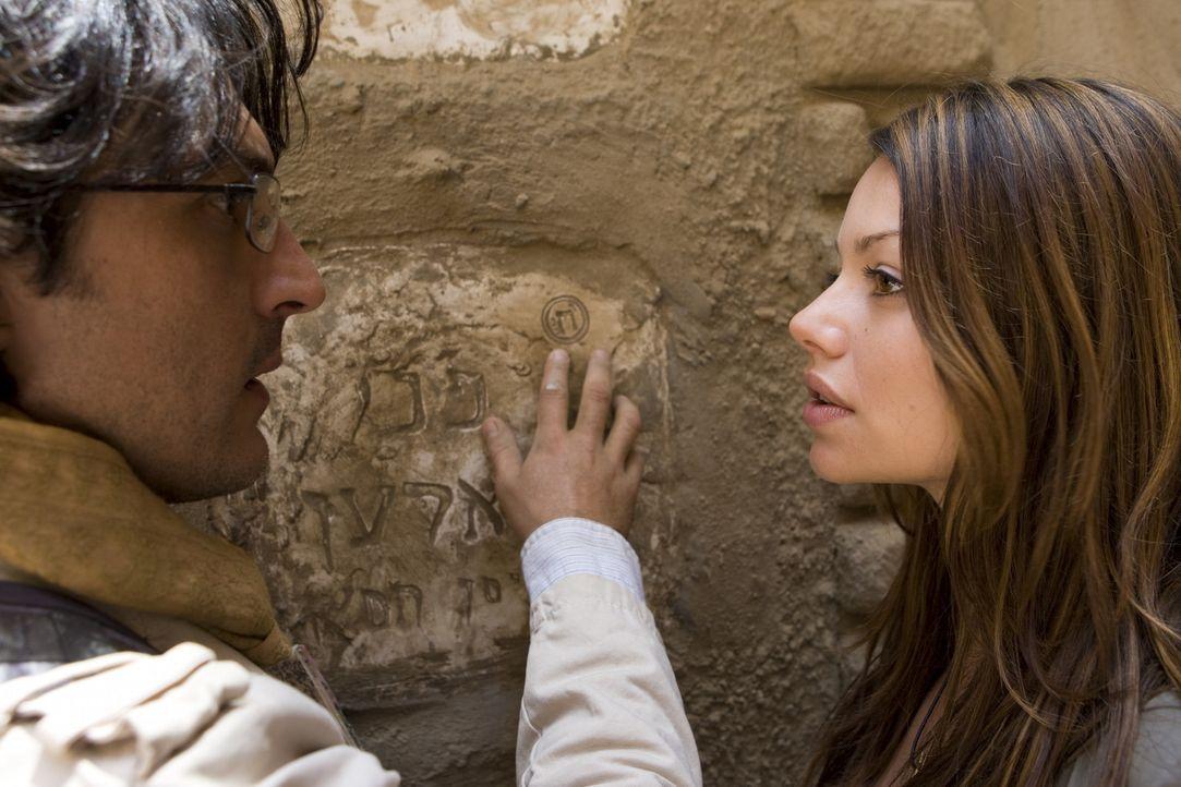 Als Johanna (Cosma Shiva Hagen, r.) und Simon (Olivier Sitruk, l.) auf das Grab der Seherin Nora stoßen, ahnen sie, dass die Lösung nicht mehr fern... - Bildquelle: ProSieben