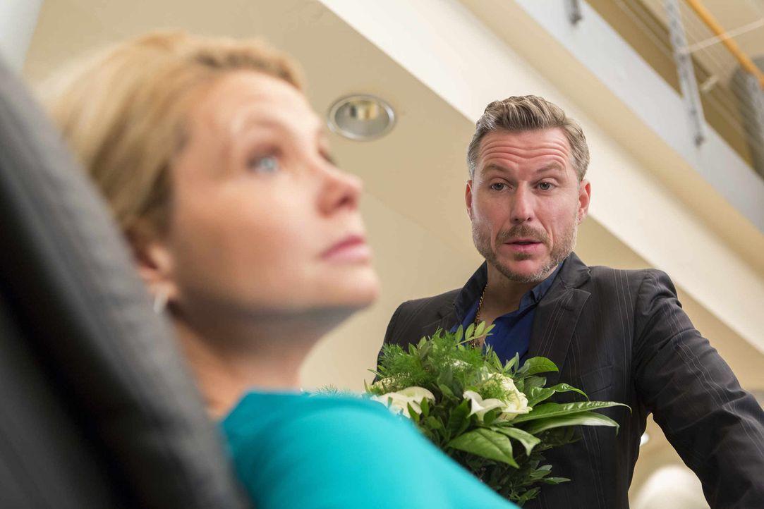 Während Danni (Annette Frier, l.) gerade davon träumt, welch eine Überraschung wohl August für sie hat, taucht Pit (Dirk Borchardt, r.) auf, der... - Bildquelle: Frank Dicks SAT.1
