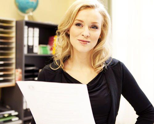 Alexandra findet Beas Kopiervorlage, die Ingrid im Kopierer vergessen hat ... - Bildquelle: David Saretzki - Sat1