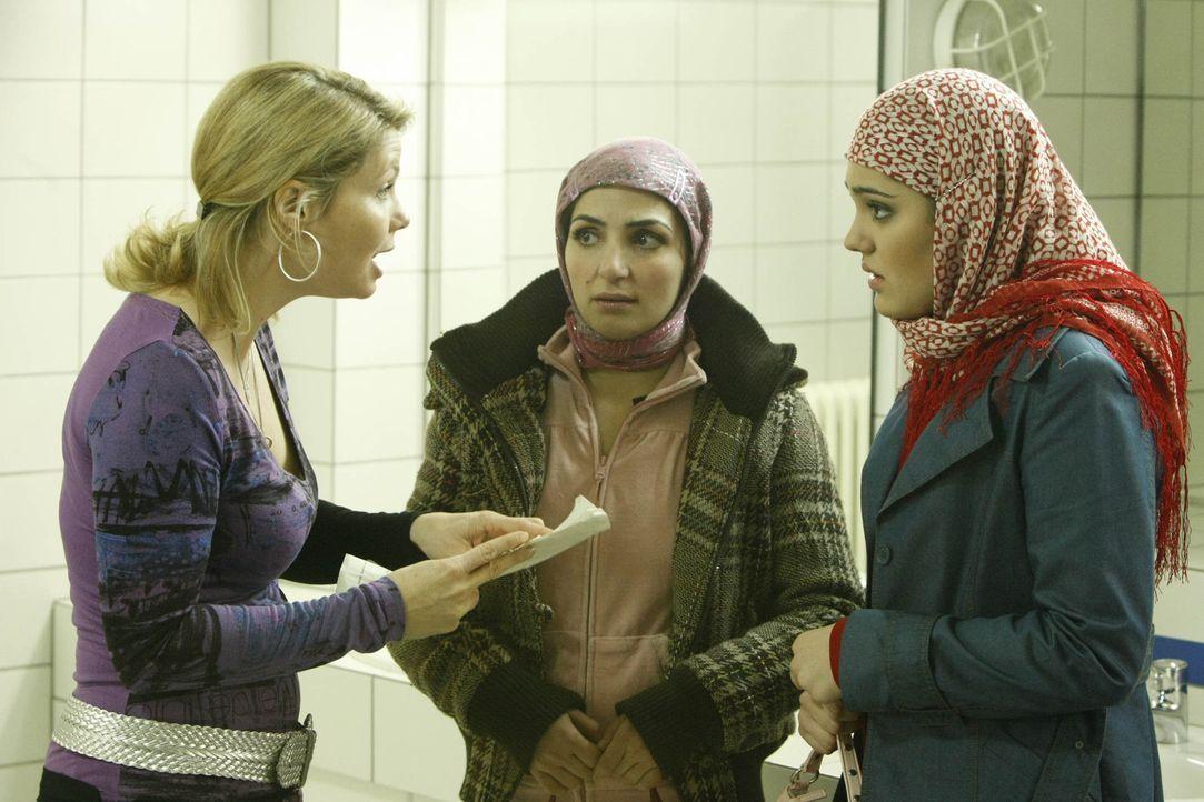 Ein neuer Fall: Zeynep (Nilam Farooq, r.), die von ihren Eltern in die Türkei abgeschoben und dort mit ihrem Cousin verheiraten werden soll, taucht... - Bildquelle: SAT.1
