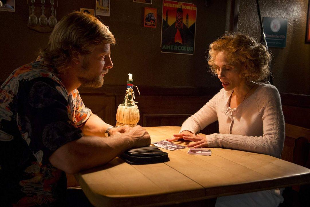 Als sich Mick (Henning Baum, l.) mit der Witwe von jenem Mann trifft, der nach einem Fahrradunfall mit Fahrerflucht verstarb und dessen Fall der jun... - Bildquelle: Martin Rottenkolber SAT. 1