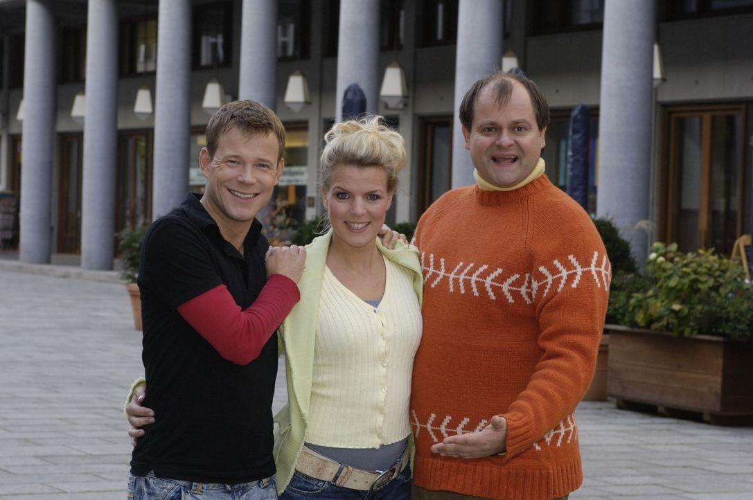 13 neue Folgen in neuer Besetzung: Comedian Mathias Schlung (l.) ist in die Comedy-WG mit Mirja Boes (M.) und Markus Majowski (r.)gezogen. - Bildquelle: Sat.1