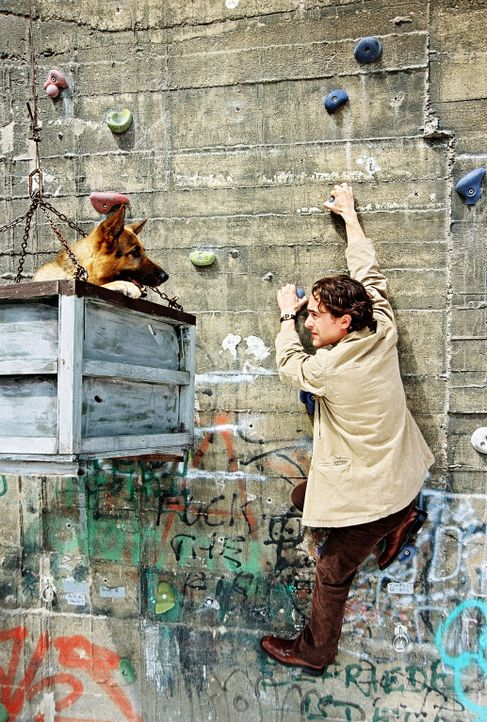 Rex und Marc (Alexander Pschill) versuchen den Turm zu besteigen. - Bildquelle: Sat.1