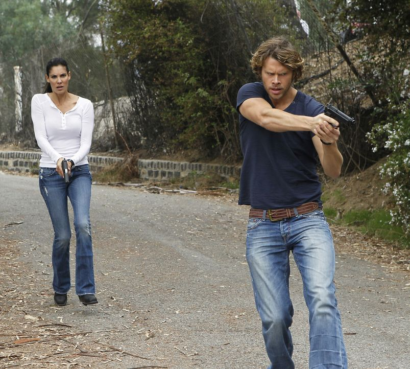 Gemeinsam ermitteln Kensi (Daniela Ruah, l.) und Deeks (Eric Christian Olsen, r.) in einem neuen Fall ... - Bildquelle: CBS Studios Inc. All Rights Reserved.