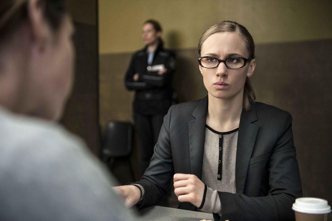 Nach und nach erhält die junge Pflichtverteidigerin Anna Gottwald (Alina Levshin) tiefe Einblicke in das Eheleben von Leonie und ist total geschockt... - Bildquelle: Britta Krehl SAT.1