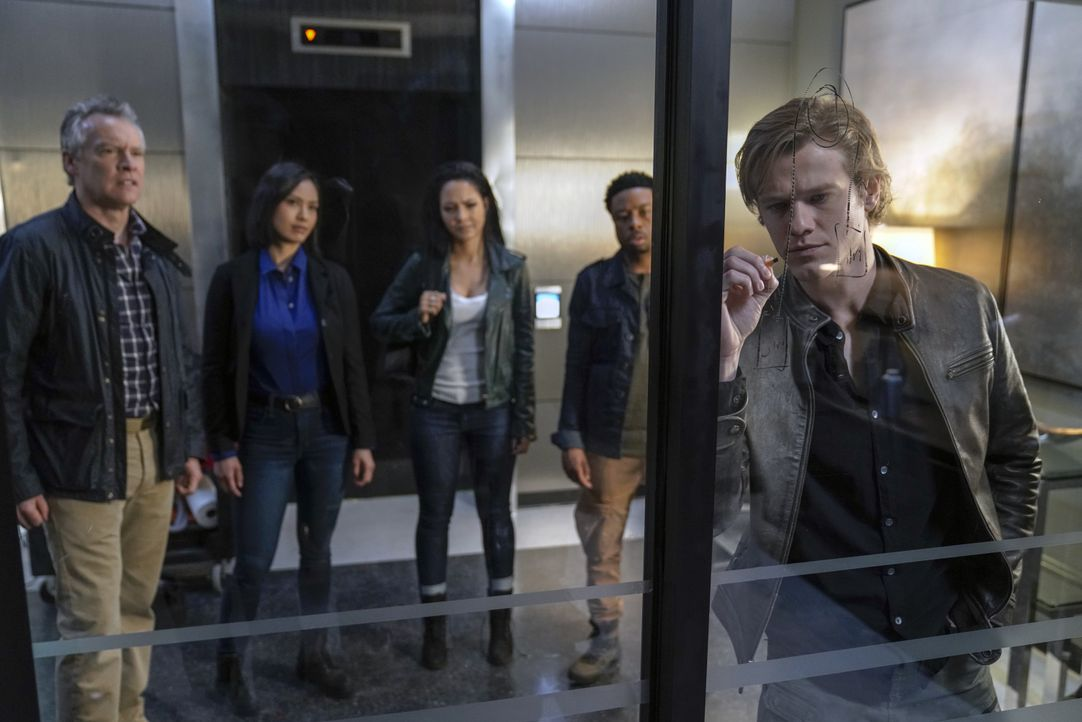 (v.l.n.r.) James MacGyver (Tate Donovan); Desi (Levy Tran); Riley Davis (Tristin Mays); Wilt Bozer (Justin Hires); MacGyver (Lucas Till) - Bildquelle: Jace Downs 2019 CBS Broadcasting, Inc. All Rights Reserved / Jace Downs