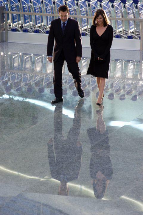 Während der mehrmonatigen Wartezeit am Flughafen, lernt Viktor (Tom Hanks, l.) die Flugbegleiterin Amelia (Catherine Zeta-Jones, r.) kennen und ver... - Bildquelle: Merrick Morton DreamWorks Distribution LLC