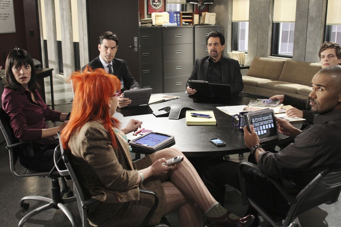 Ein neuer Fall beschäftigt das BAU-Team: (v.l.n.r.) Prentiss (Paget Brewster), Garcia (Kirsten Vangsness), Hotch (Thomas Gibson), Rossi (Joe Manteg... - Bildquelle: ABC Studios