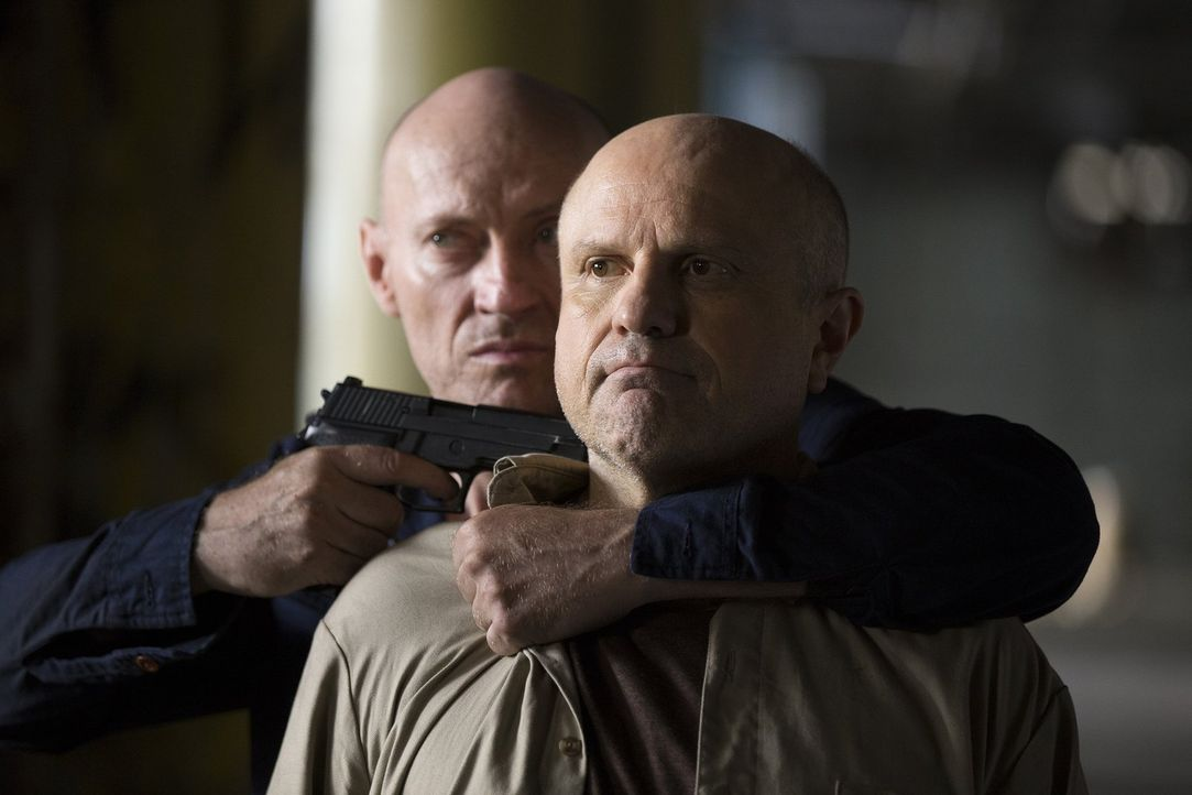 Sie brechen zusammen aus dem Gefängnis aus, doch von Zusammenarbeit kann man bei ihnen auf keinen Fall sprechen: Dan Hauser (Enrico Colantoni, vorne... - Bildquelle: 2015 Warner Bros. Entertainment, Inc.