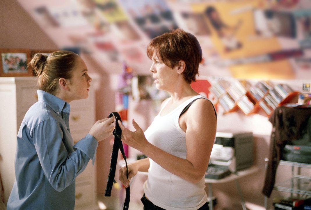 Als die immer streitenden Dr. Tess Coleman (Jamie Lee Curtis, r.) und ihre 15-jährige Tochter Anna (Lindsay Lohan, l.) an einem Morgen, an einem wa... - Bildquelle: Buena Vista Pictures Distribution