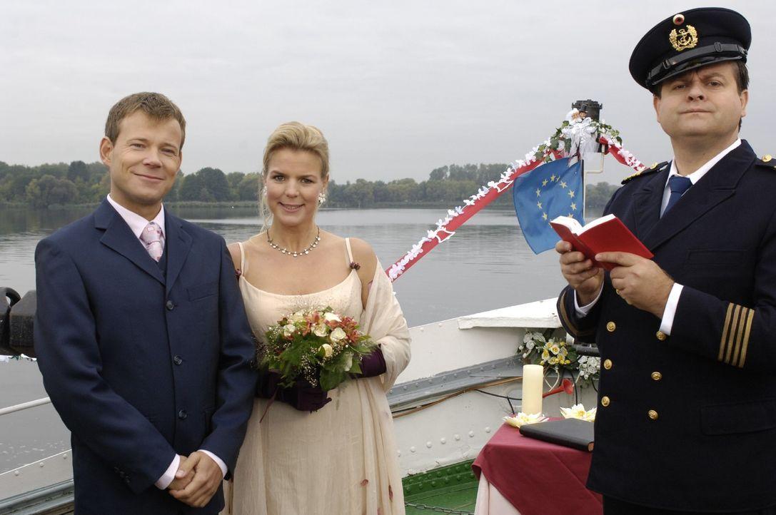 Außer dem Kapitän (Markus Majowski, r.) ist an der romantischen Hochzeit von Mathias (Mathias Schlung, l.) und Miriam (Miriam Boes, M.) auf hoher... - Bildquelle: Sat.1