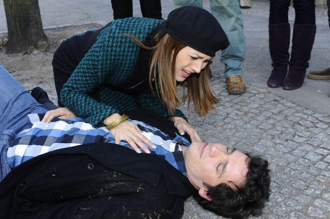 Jessica (Fiona Erdmann, l.) macht sich Sorgen um Alexander (Paul Grasshoff, r.). Was ist nur mit ihm geschehen? - Bildquelle: SAT.1