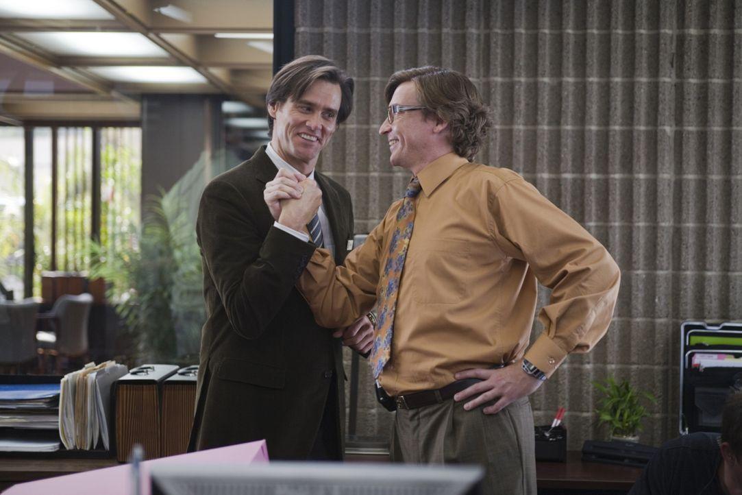 Kann Norman (Rhys Darby, r.) den Pessimisten Carl Allen (Jim Carrey, l.) aus seinem trüben Alltag holen? - Bildquelle: Warner Bros.