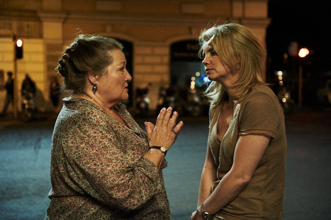 Als Oma Marguerita (Marianne Sägebrecht, l.) von ihrer Tochter Marie (Anette Frier, r.) in ein Seniorenheim geschickt werden soll, schrillen bei der... - Bildquelle: Walter Wehner Sperl Productions