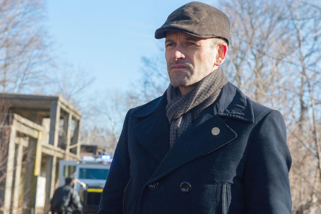 Muss einen Diebstahl in einem Zoo aufklären: Holmes (Jonny Lee Miller) ... - Bildquelle: CBS Television