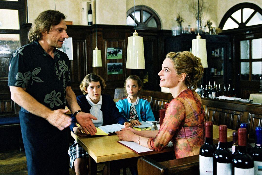 Paula (Martina Gedeck, r.) ist mit ihren beiden Töchtern Fidel (Anja Sommavilla, 2.v.l.) und Lisa (Sidonie von Krosigk, 2.v.r.) wieder mal umgezogen... - Bildquelle: Erika Hauri Sat.1
