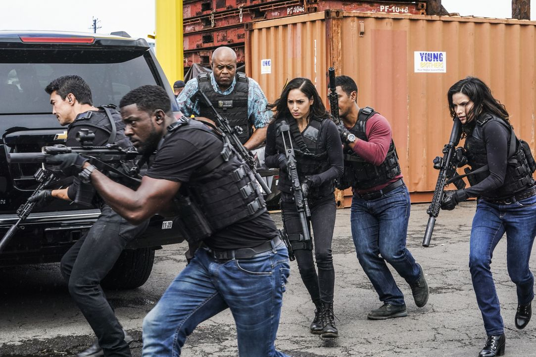 (v.l.n.r.) Adam Noshimuri (Ian Anthony Dale); Lincoln Cole (Lance Gross); Lou Grover (Chi McBride); Tani Rey (Meaghan Rath); Junior Reigns (Beulah K... - Bildquelle: Karen Neal 2020 CBS Broadcasting, Inc. All Rights Reserved / Karen Neal