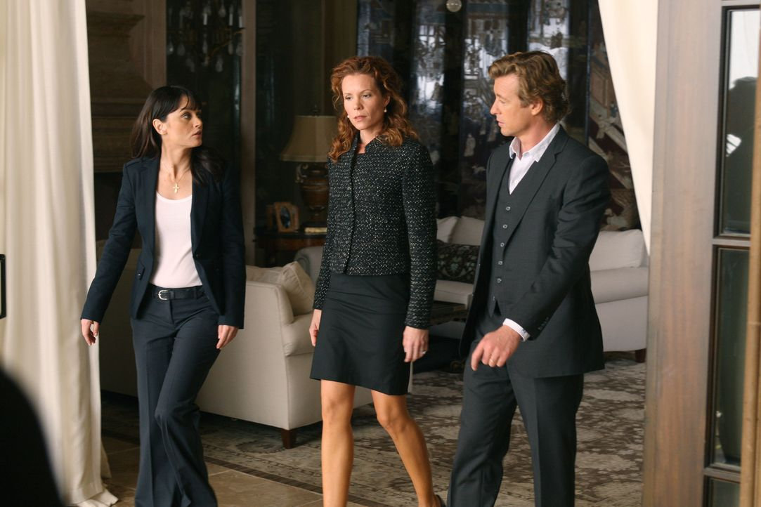 Teresa (Robin Tunney, l.) und Patrick (Simon Baker, r.) ermitteln in einem neuen Mordfall. Doch hat Sadie (Robyn Lively, M.), die Frau des Ermordete... - Bildquelle: Warner Brothers Entertainment Inc.