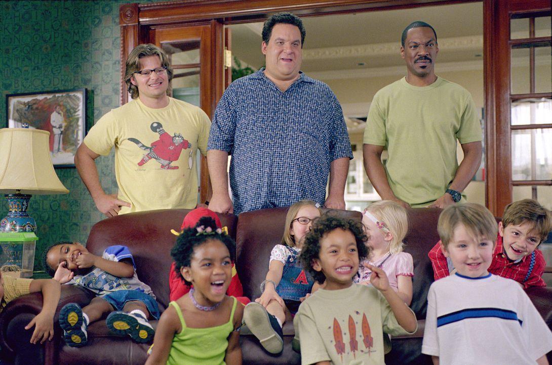 """Phil (Jeff Garlin, M.), Charlie (Eddie Murphy, r.) und Marvin (Steve Zahn, l.) sind stolz darauf, dass ihr """"Daddy Day Care Center"""" bei den Kindern g... - Bildquelle: 2004 Sony Pictures Television International. All Rights Reserved."""