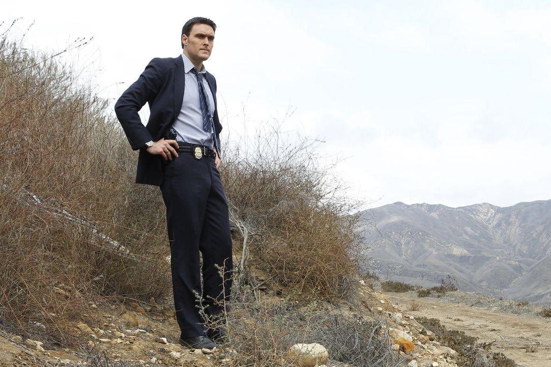 Sucht nach möglichen Hinweisen am Tatort: Wayne (Owain Yeoman) ... - Bildquelle: Warner Bros. Television