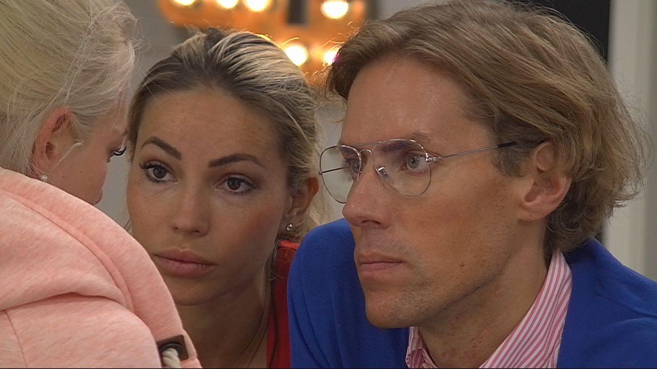 Maria (li.) und Jens (re.) trösten Sarah Knappik - Bildquelle: SAT.1