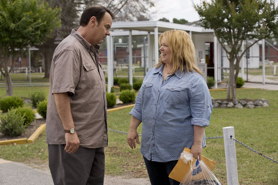 Holt seine Chaos-Tochter Tammy (Melissa McCarthy, r.) aus dem Gefängnis ab: Papa Don (Dan Aykroyd, l.). Bekommt Tammy ihr Leben jetzt endlich in den... - Bildquelle: Warner Bros. Television