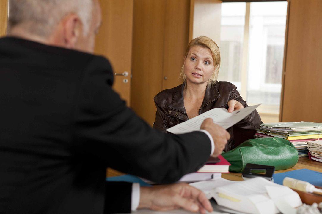 Um ihren neuen Klienten vor der Abschiebung zu retten, versucht Danni (Annette Frier, r.) alles, um den Ermittlungsrichter (Jochen Kolenda, l.) auf... - Bildquelle: SAT.1