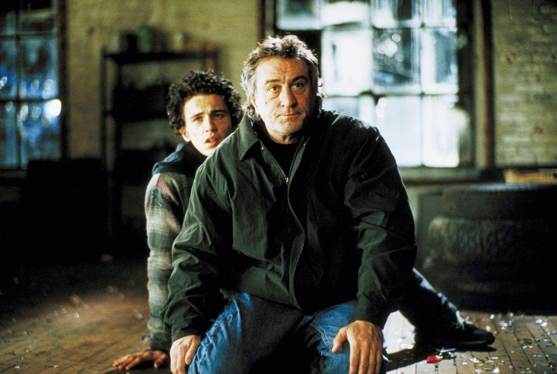 Detective Vincent LaMarcas (Robert De Niro, r.) drogenabhängiger Sohn Joey (James Franco, l.), zu dem er seit geraumer Zeit keinen Kontakt mehr hat,... - Bildquelle: Warner Bros.