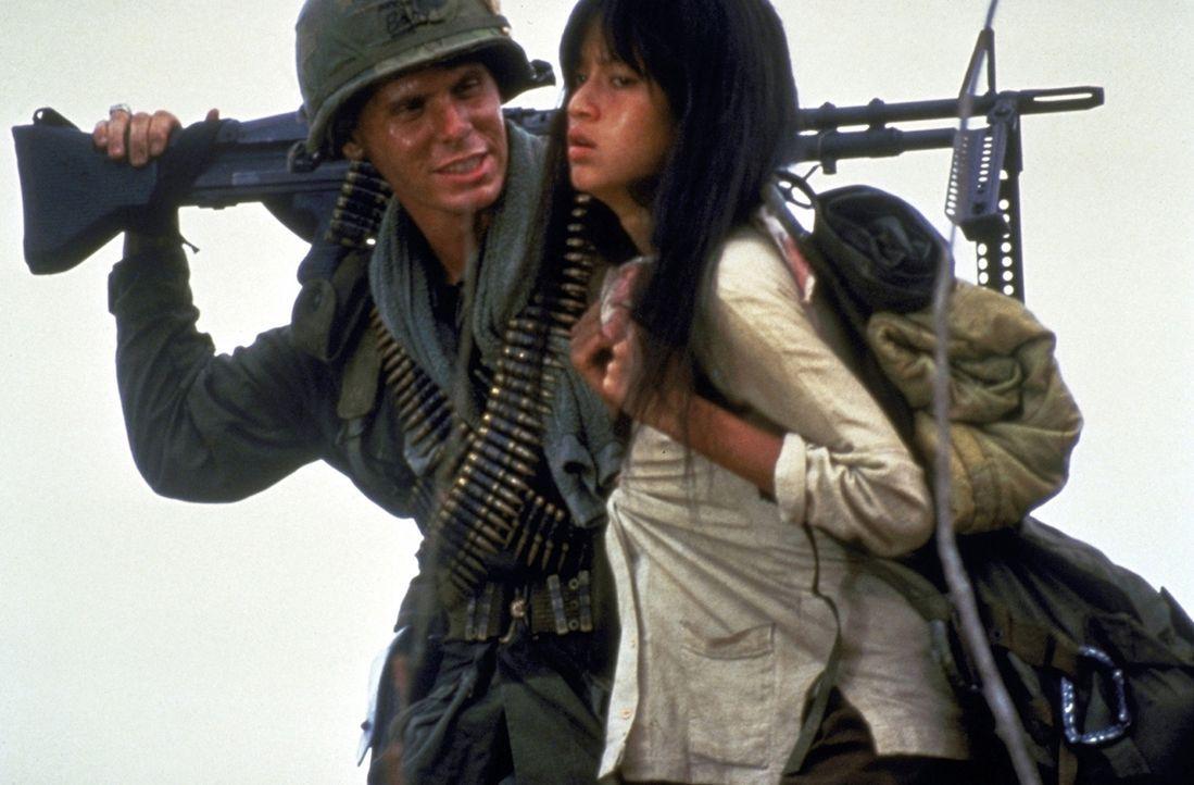 """Die Soldaten haben die hilflose Vietnamesin Oahn (Thuy Thu Le, r.) als """"tragbare Freizeitentspannung"""" entführt. Clark (Don Harvey, l.) freut sich s... - Bildquelle: Columbia Pictures"""