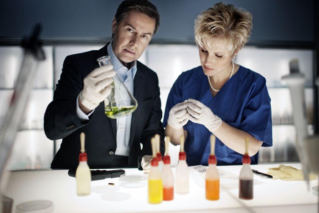 Aufklärungsarbeit in der Gerichtsmedizin: Dr. Saskia Guddat (r.) und Ulrich Meyer (l.) ... - Bildquelle: SAT.1