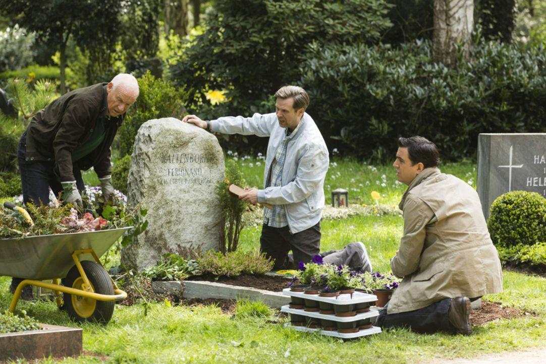 Auf dem Friedhof versuchen Volker (Dietrich Hollinderbäumer, l.), Hagen (Matthias Matschke, M.) und Bastian (Bastian Pastewka, r.) gemeinsam, dass G... - Bildquelle: Frank Dicks SAT.1